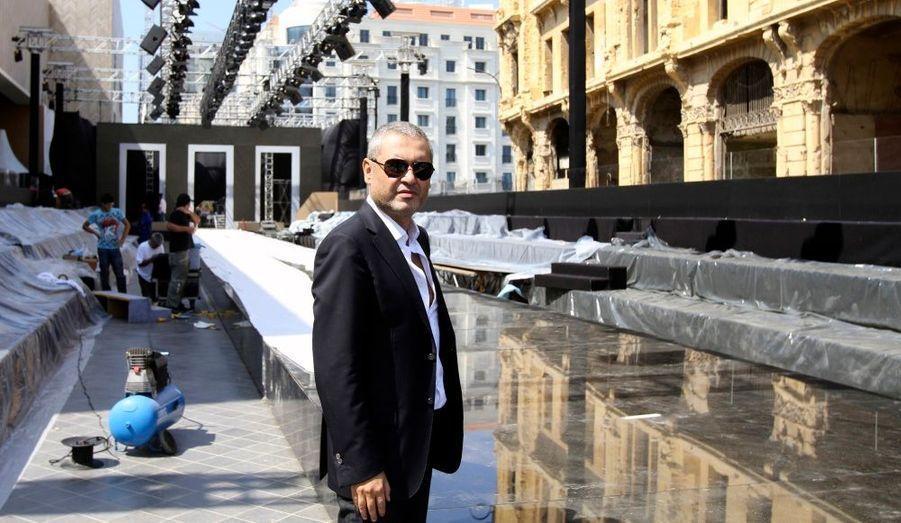Le couturier libanais Elie Saab inspecte l'installation du podium qui accueillera bientôt son défilé au Liban, le premier depuis 18 ans.