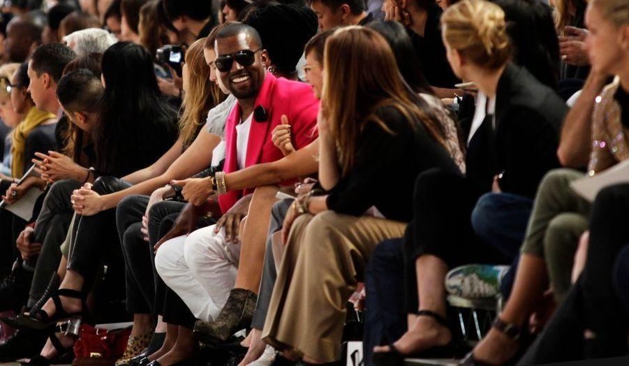 Le rappeur Kanye West s'amuse au premier rang du défilé Phillip Lim 3.1 à la Fashion Week de New York, hier.