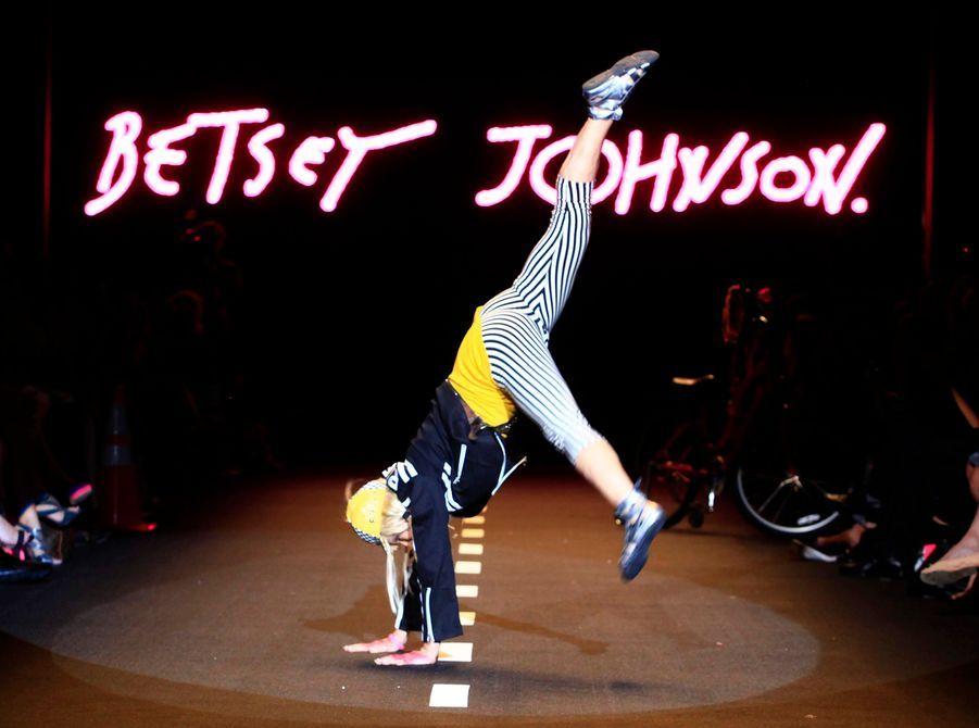 La créatrice américaine Betsey Johnson exécute une acrobatie, à la fin de son défilé printemps-été 2011, à la Fashion Week de New York, hier.