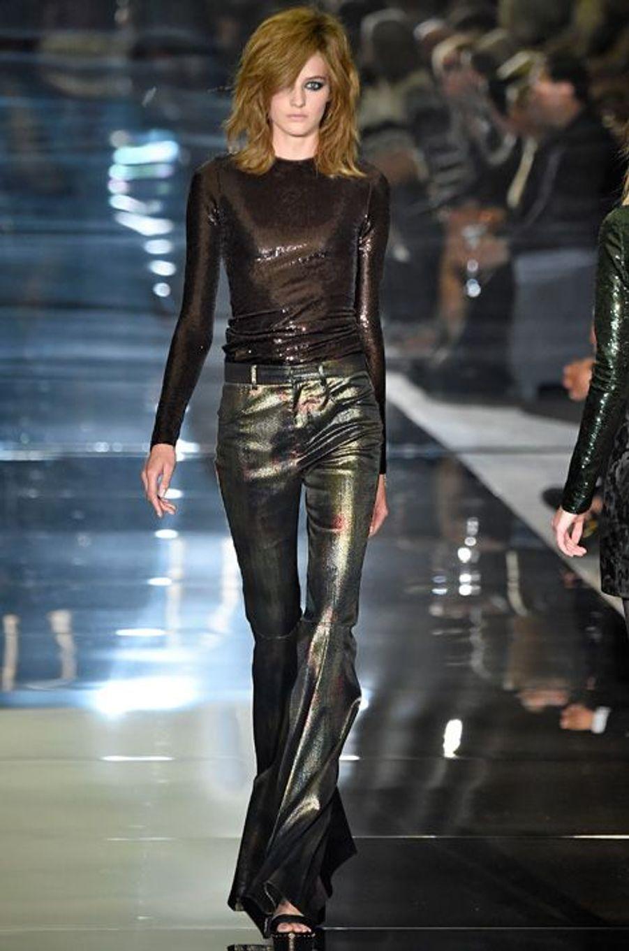 Le gold, ABBA et la fièvre samedi soir, sont le triptyque gagnant de ce premier style 70's. Il est fortement caractérisé par le patte d'éléphant, les teintes pailletées ainsi que les couleurs primaires. Jean Paul Gaultier, Tom Ford et Armani Privé surfent -pour l'été 2015- sur l'esprit boule à facettes avec des vêtements habillés de lumières. Balmain rend hommage aux Drôles de dames et au pantalon large, mais le rehausse de fines rayures multicolores. Dior nous livre quant à lui, une version éclectique de la tendance en oscillant entre la combinaison scintillante et le look Chapeau melon et bottes de Skaïe.L'astuce pour adopter le look façon 2015, c'est de mixer les pièces fortes avec des pièces plus classiques. Le pantalon pattes d'elph se porte ajusté et sombre comme la mannequin Isabel Goulart. Les couleurs criardes restent au vestiaire ou s'exportent vers le bas de la silhouette - seventies oblige – on mise sur les bottes. L'esprit néo-disco se retrouve aussi dans la Glitter touch. Pour briller d'élégance, on oublie le total style et lui préfère des touches succinctes: minaudières, chaussures, bracelets.