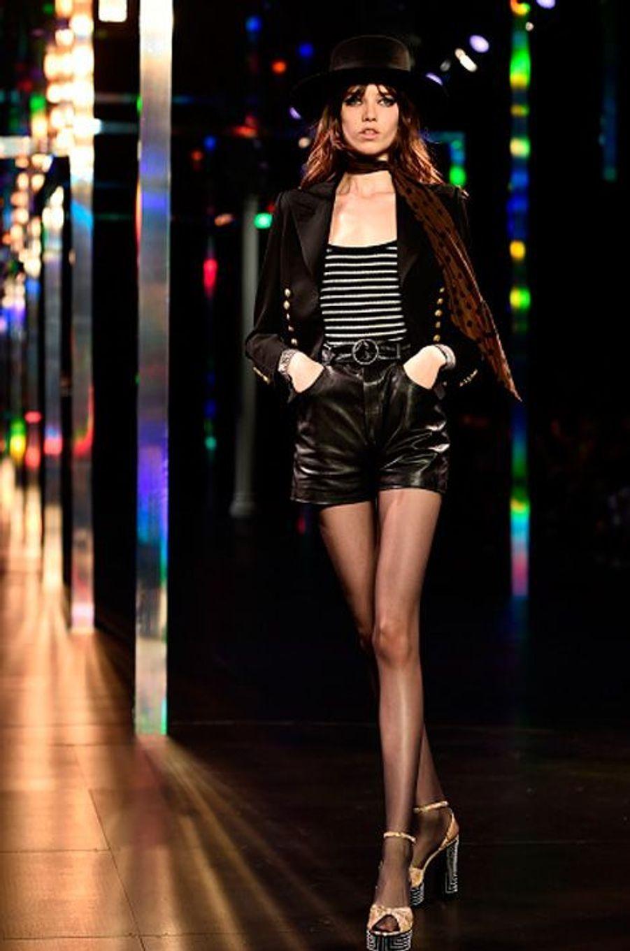 Le mouvement punk est la dernière altération de ces années 70 mais n'inspire que très peu les créateurs cette année. Le Jeans, le cuir, les clous, les résilles et autre épingles à nourrisse sont bel et bien de retour mais dans un esprit Glam-rock chic. Yves Saint Laurent modernise sa version avec cuir all over, perles d'argent et chapeaux à formes. Calvin Klein et Balenciaga anoblissent l'allure résilles et cuir dans des robes féminines et chics tandis que Givenchy et Giorgio Armani misent sur les accessoires: piercings et boucles d'oreilles en épingles à nourrice. De manière littérale, on peut ressortir son bon vieux perfecto et rechausser ses doc Martens. Pour plus de raffinement on use d'accessoires. Foulards noués, pièces métalliques et badges sur les sacs, écussons et veste en jeans abîmés, chapeaux et mêmes des chaussettes cloutées.
