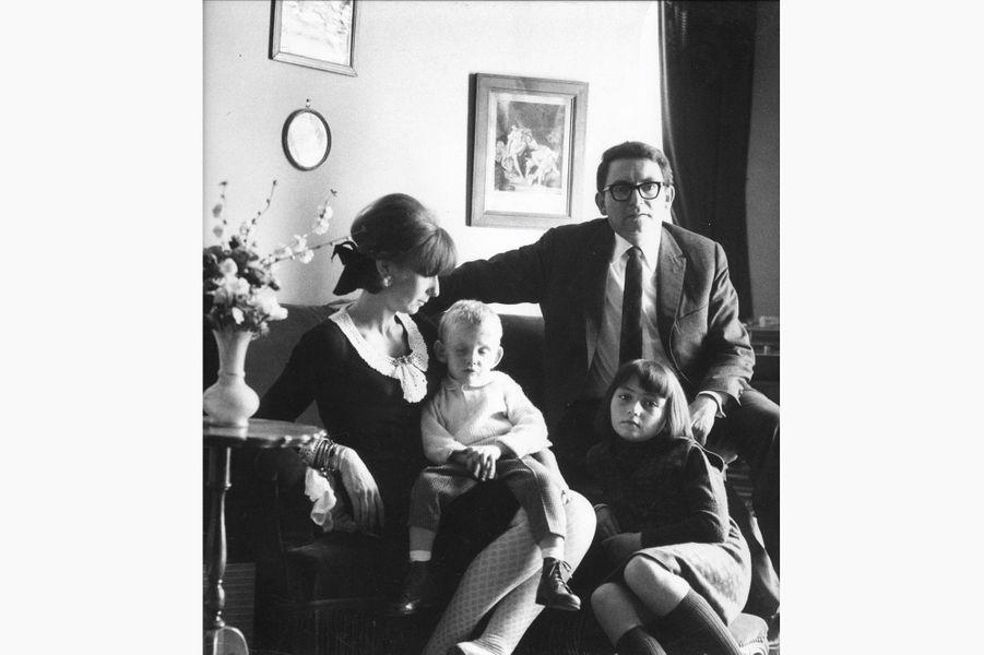 Sam et Sonia Rykiel, avec leurs enfants Nathalie et Jean-Philippe, aveugle, dans leur appartement.