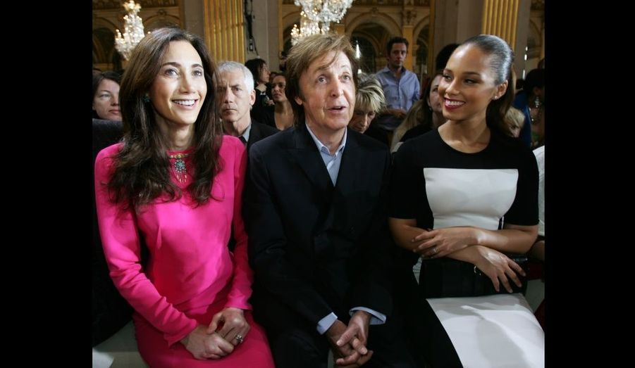 Paul McCartney et son épouse Nancy Shevell, assis près de la chanteuse Alicia Keys.