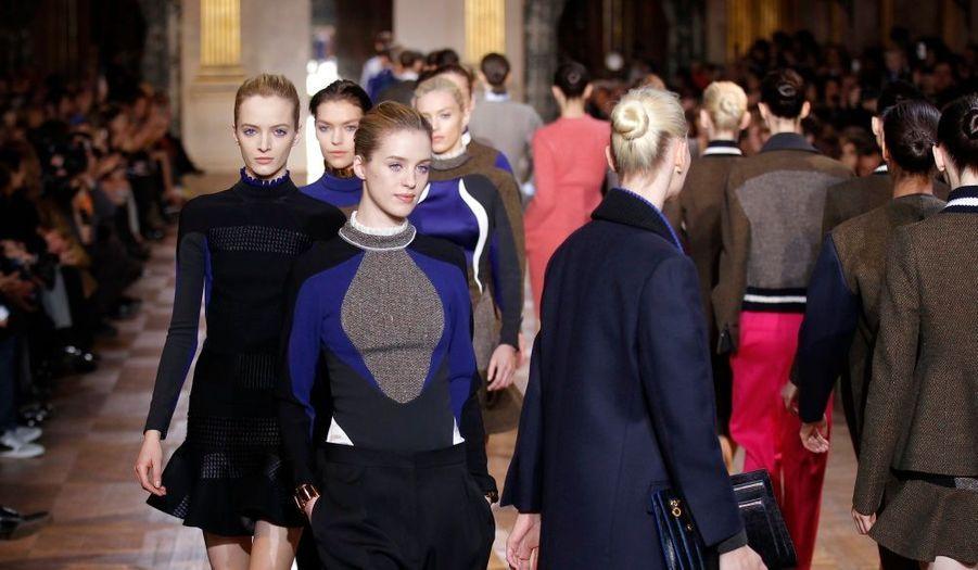 """Après une première présentation à Londres fin février, Stella McCartney a présenté sa ligne prêt-à-porter Automne/Hiver 2011-2012 lors de la Fashion week parisienne. Baptisée """"Evening """", cette collection capsule a revêtu ses plus beaux atours pour les nuits froides. Les classiques de la campagne anglaise revisitant une garde-robe citadine se sont retrouvés sur le catwalk. Manteau en tweed, jupes forme sablier, chandails de laine ou robes à motifs victoriens se déclinent dans une palette de bleu, gris et ocre. """"Pour la femme Stella, tout est une question d'équilibre,""""a résumé la créatrice à la fin du show."""
