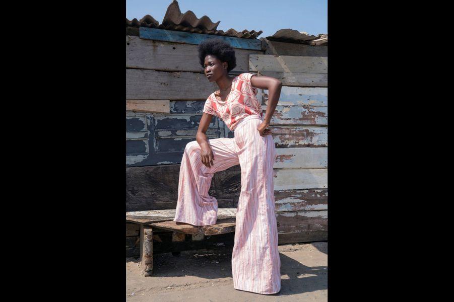 Les imprimés aux couleurs éclatantes sont fabriqués au Ghana par des artisans locaux.