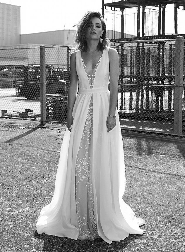 Robe de mariée taille haute et décolleté V profondhttps://www.pinterest.fr/pin/326862885446930840/