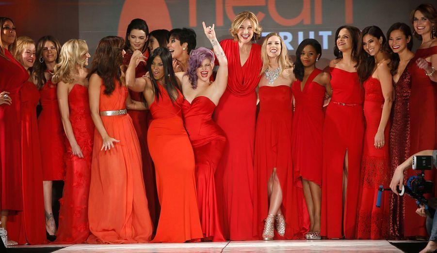"""Comme chaque année, la fondation The Heart Truth a organisé un défilé de stars, toutes vêtues de robes rouges, afin de lever des fonds pour cette association qui lutte contre les maladies cardiaques chez les femmes. Etaient présentes à la neuvième édition, à New York, de nombreuses personnalités de la télévision américaine, comme les petites soeurs du clan Kardashian Kylie et Kendall, mais aussi Kelly Osbourne ou Brenda Strong, qui a interprété pendant huit ans l'intriguante Mary Alice Young dans la série """"Desperate Housewives"""". Retour en images sur le show."""