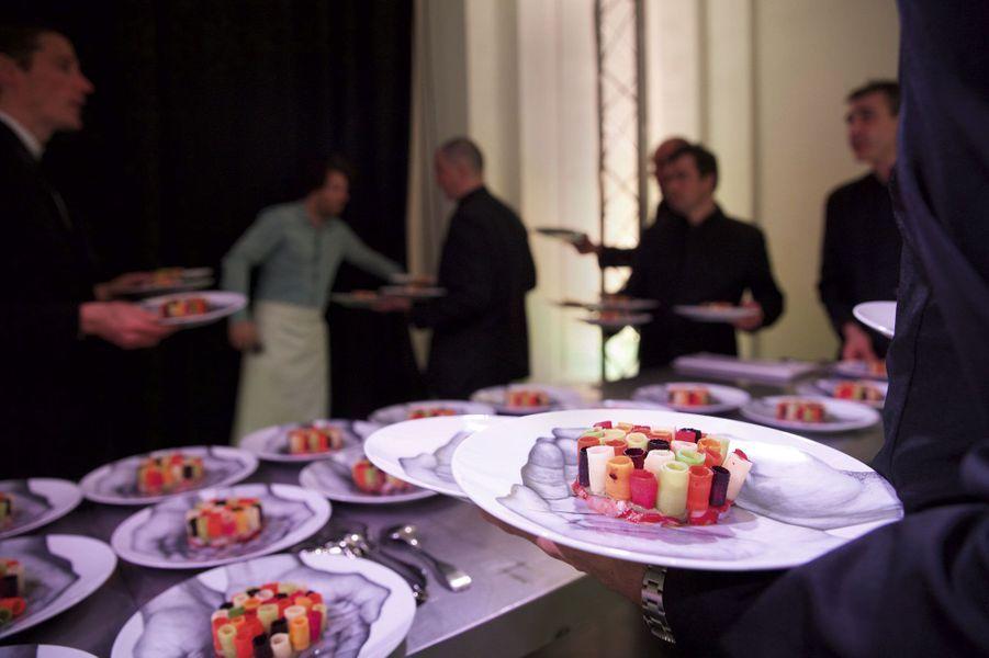Dans des assiettes signées JR, l'entrée du menu concocté par la toque Jean Imbert: salade de homard aux légumes racines du potager du chef.
