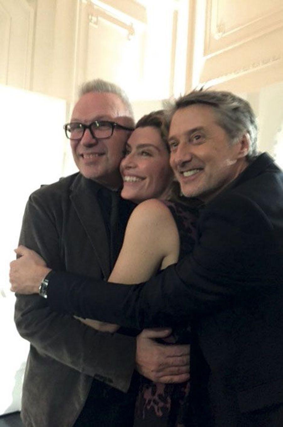 Collés-serrés pour entrer dans le cadre carré d'Instagram: de g. à dr., Jean-Paul Gaultier, Daphné Roulier et son mari, Antoine de Caunes.