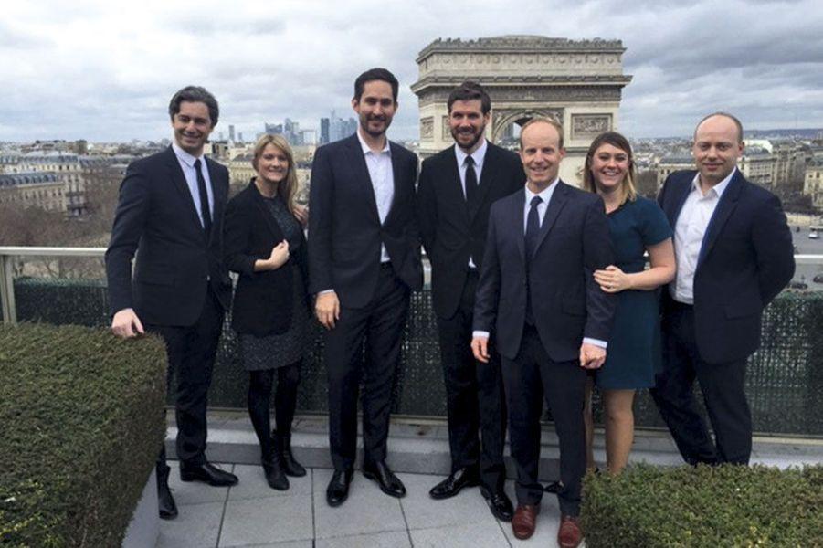 Paris est à leurs pieds: Laurent Solly (à g.), directeur général de Facebook France, et Kevin Systrom, entouré de son équipe.