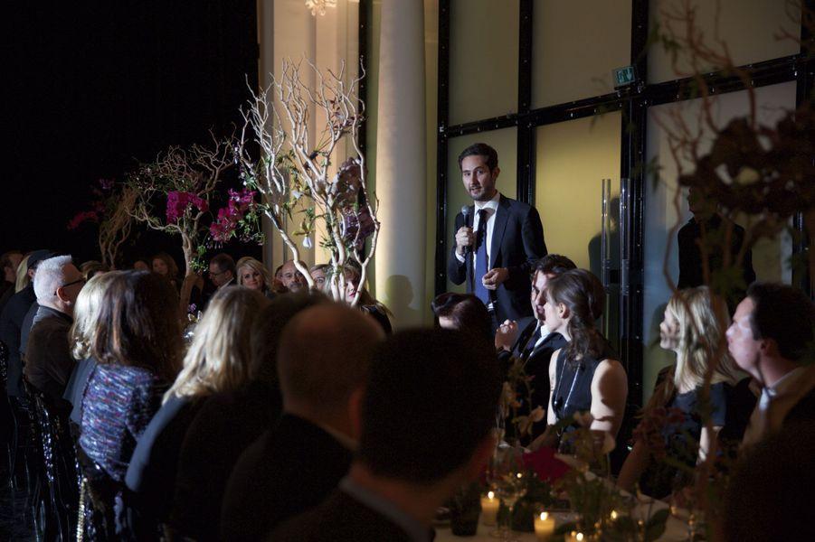 Lors de la soirée donnée en son honneur. Le temps d'un discours, un micro remplace le Smartphone.