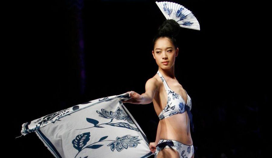 La septième édition du concours de design de maillot de bain Hosa s'est déroulée à Pékin, à l' occasion de la semaine internationale de la mode en Chine. Bikini, trikini ou paréos légers étaient présentés, ornés de motifs bariolés aux couleurs prononcées, ultime tendance de la saison prochaine.