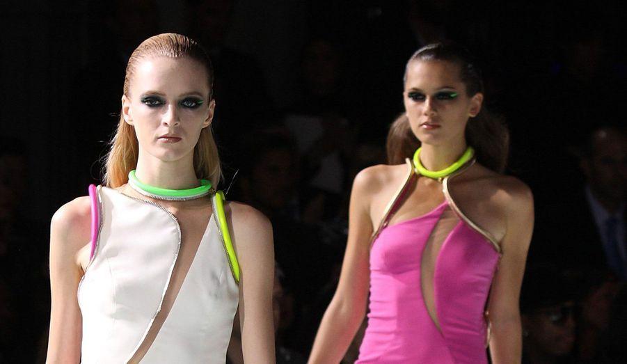 Dimanche, à la veille du lancement officiel de la Fashion Week Haute Couture Printemps-Eté 2013 de Paris, l'Atelier Versace a présenté sa collection. Une ligne très pop, faite de robes légères, courtes et surtout très colorées. Donatella Versace a également joué sur les matières. Mais qu'elles soient en fourrure ou en mousseline, la saison prochaine, les femmes Versace s'assumeront d'abord en fluo.