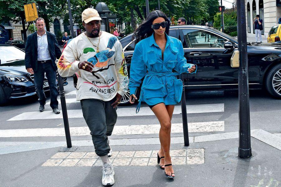 Kanye West et Kim Kardashian avenue Montaigne, avant le défilé homme printemps-été 2019, le 21 juin.