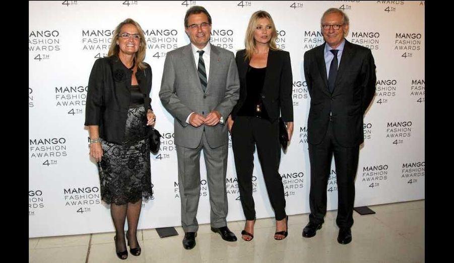Artur Mas, Président de la Generalitat de Catalunya accompagné de son épouse, Helena Rakosnik, Kate Moss et le Président de la société, Isak Andic.