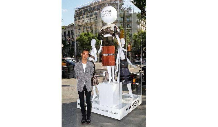 La remise des prix de la quatrième édition des Mango Fashion Awards, qui récompense les jeunes créateurs, a eu lieu mercredi soir au Museu Nacional d'Art de Catalunya (MNAC) de Barcelone. Cette année, le concours de mode international a couronné le designer thaïlandais Wisharawish Akarasantisook (30 ans), qui a reçu la coquette somme de 300000 euros. La présidente du jury, Carolina Herrera, a pour sa part reçu le Botón de Oro en reconnaissance à sa carrière professionnelle. Kate Moss, qui faisait partie des jurés, étaient évidemment de la partie. Margareth Qualley, fille d'Andie MacDowell, ou encore Amber Le Bon, fille du chanteur Simon et de Yasmin Le Bon, ont assisté à la cérémonie.