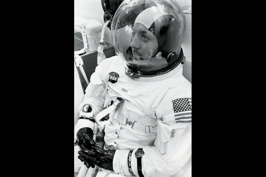 Sur le bras gauche de la combinaison de Jack Swigert, avant le décollage, la Speedmaster et son fameux bracelet Nato.