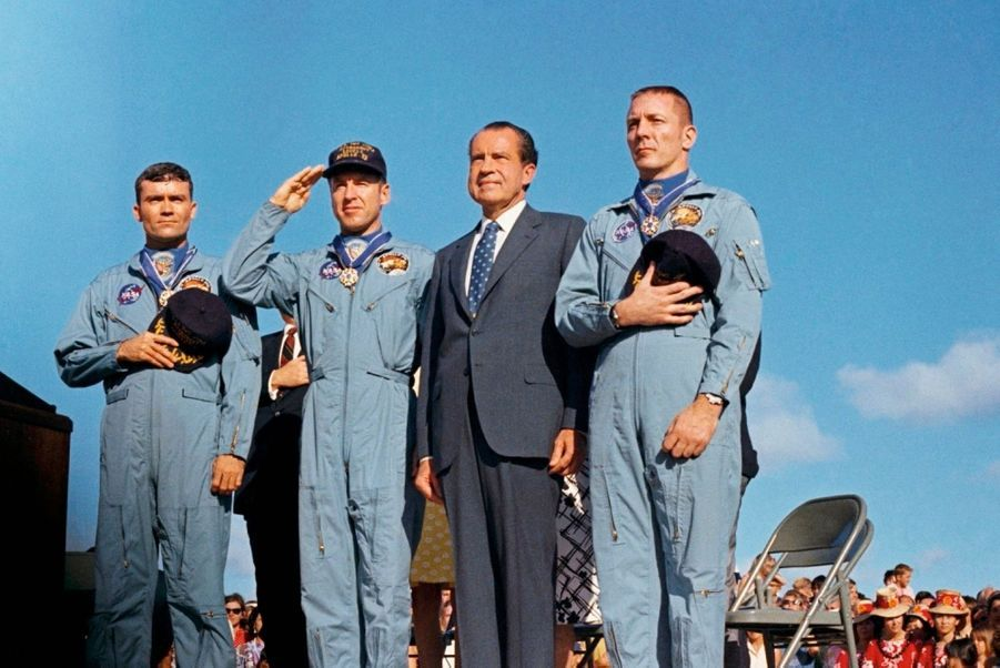 De g. à dr. : Fred Haise, James Lovell, le président Richard Nixon et Jack Swigert, lors de la cérémonie de décoration le 17 avril 1970.