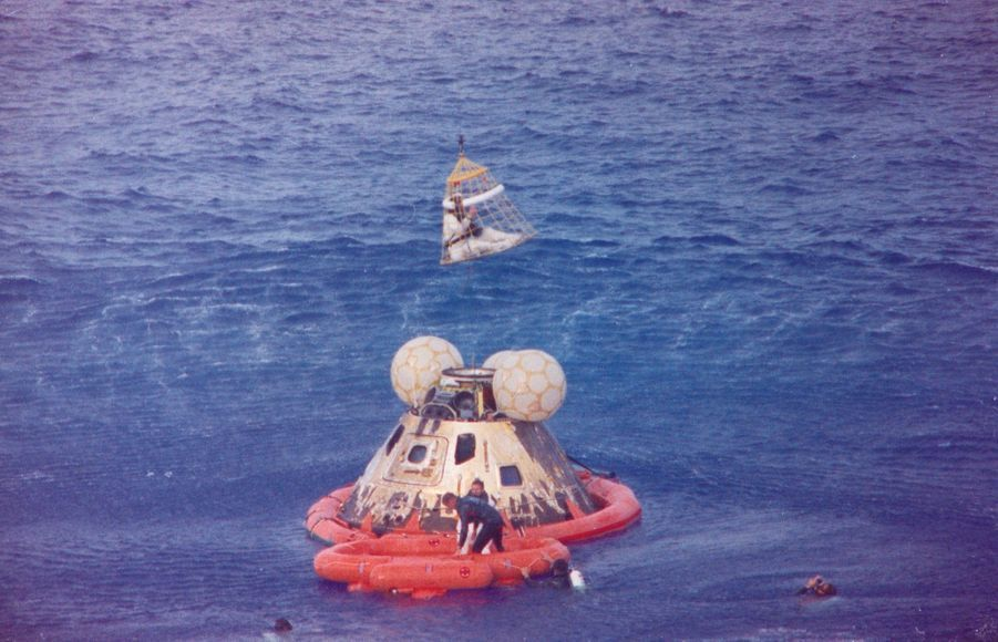 Récupération de la capsule après son amerrissage dans le Pacifique.