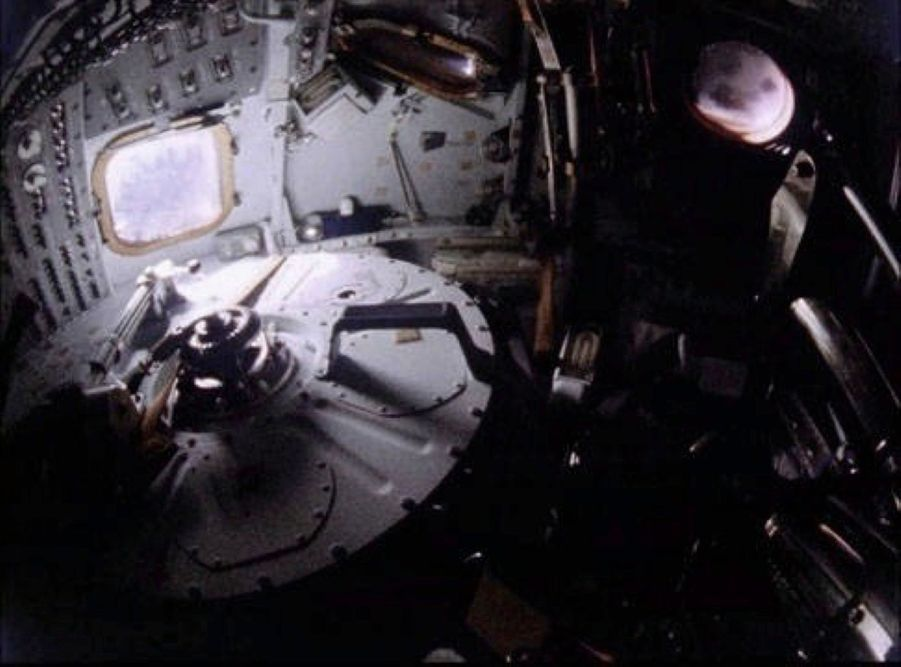Pour épargner de l'énergie, le module de commande était plongé dans le noir.