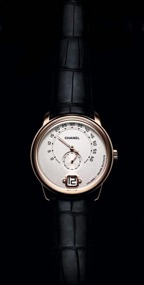 L'élégance masculine selon Coco Monsieur de Chanel. Boîte en or beige, 40 mm de diamètre, mouvement à remontage manuel, bracelet en alligator.