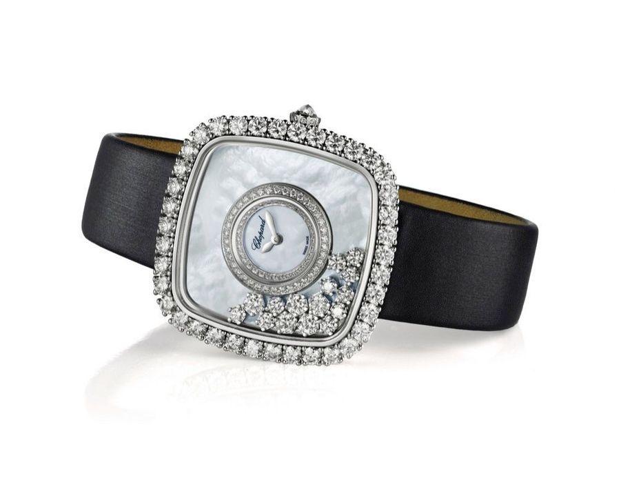 Cette année, Chopard célèbre les 40 ans de la Happy Diamonds. Créée en 1976, elle fut une montre très avant-gardiste. Lors d'une promenade, le dessinateur Ronald Kurowski s'émerveille devant une cascade et les milliers de gouttelettes d'eau qui s'en échappent, réfléchissant la lumière. Il a l'idée de transformer les diamants en gouttes d'eau en les libérant de leurs griffes. C'est ainsi qu'est née la Happy Diamonds avec ses diamants en mouvement. Caroline Scheufele, vice-présidente de Chopard, déclare : « C'est en liberté que les diamants sont le plus heureux. » Une image qui n'a pas été étrangère à la réédition de ce modèle. Happy Diamonds en or blanc et diamants, cadran en nacre et diamants enrichi de quinze diamants mobiles, mouvement à quartz, bracelet en satin.