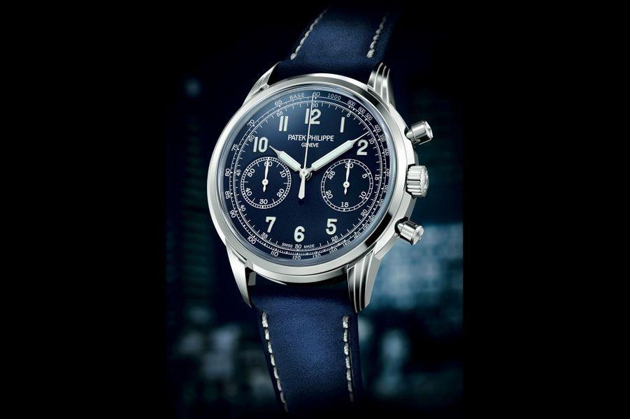 Parmi les tons favoris des horlogers pour les cadrans, le bleu s'empare du chronographe classique à remontage manuel présenté par PATEK PHILIPPE dans sa première version en 2010. Il adopte ici un boîtier en or gris monté sur un bracelet en cuir assorti au bleu du cadran vernis.