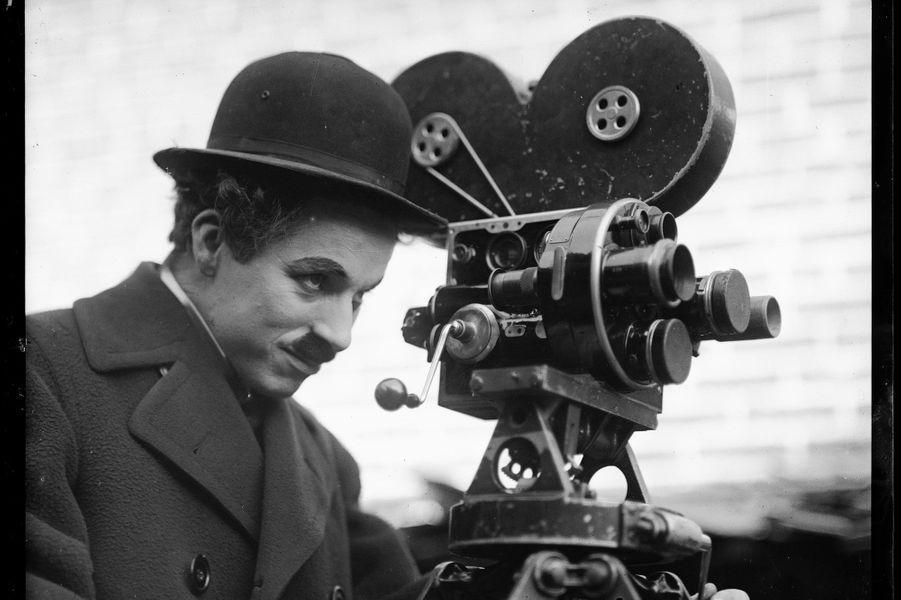 Charlot derrière sa caméra pendant le tournage du film «Les Temps Modernes» en 1936.