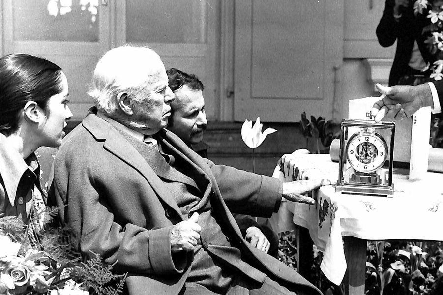 Charlie Chaplin en 1972 lorsque que l'Association des reporters photographes de la presse suisse lui offre une pendule Atmos à l'occasion de la remise du prix «Caméra Souriante».