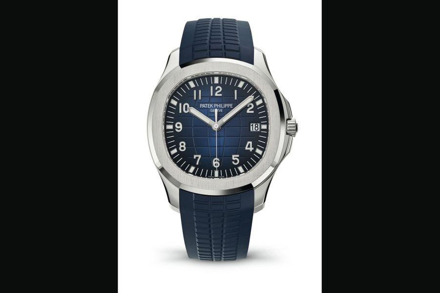 Patek Philippe,Aquanaut :Boîte en or gris, 42 mm de diamètre, cadran bleu guilloché, mouvement automatique avec date par guichet, bracelet en caoutchouc. 34 980 €.