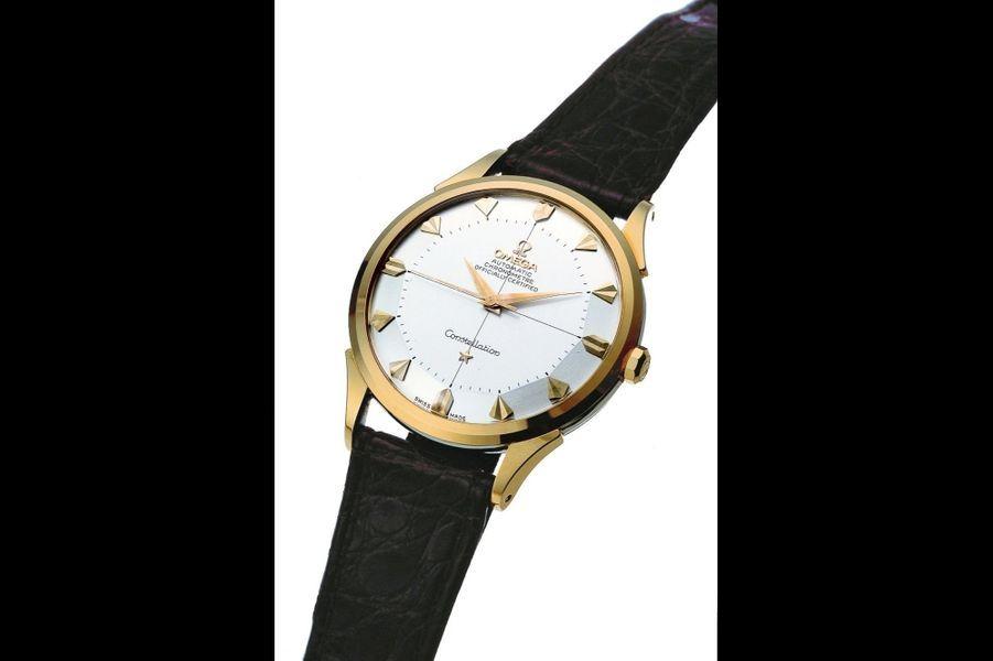 Constellation Omega en or dont le modèle d'origine de 1952 a été revisité par Gérald Genta dans les années1960.