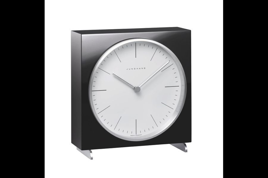 Pendule de table Max Bill en résine, mouvement à quartz. Junghans. 495 €.