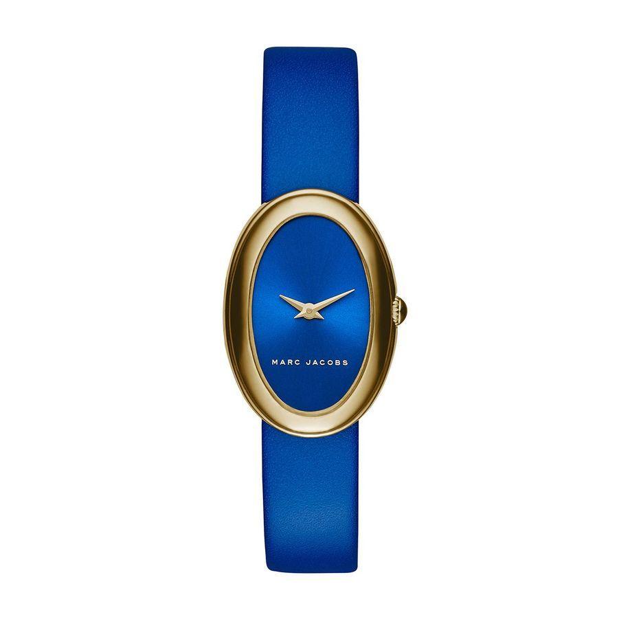Première montre ovale de Marc Jacobs, la Cicely vous séduira par son design bleu électrique, son boîtier doré et son cadran minimaliste à la finition nacrée.Caractéristiques techniques:Taille du boîtier : 31 mm x 21 mm Epaisseur du boîtier : 8 mm Entre-cornes : 12 mm Mouvement : Quartz 2 aiguilles Matière du boîtier:Acier inoxydable Fermoir: Boucle ardillon Etanchéité: 5 ATM