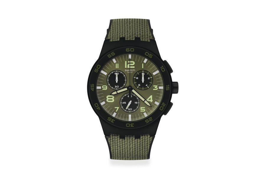 Dark Forest en plastique, 42 mm de diamètre, mouvement chronographe à quartz, bracelet bi-matière en silicone et cordura. Swatch, 110 euros.