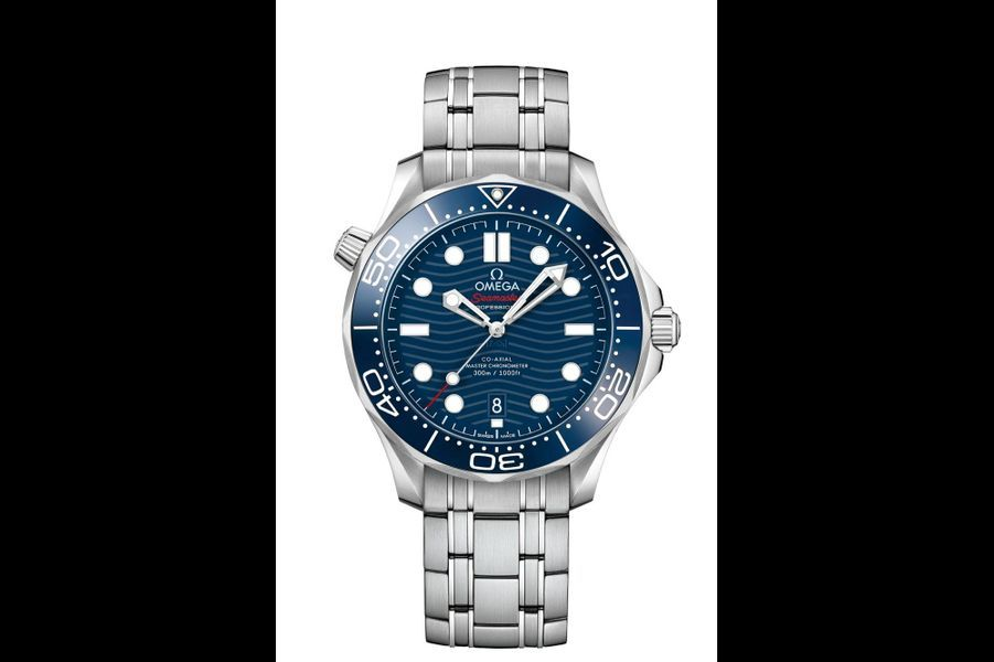 Seamaster Diver 300 en acier, lunette en céramique, 42 mm de diamètre, mouvement automatique, bracelet en acier, étanche à 300 mètres. Omega. 5 150 €.