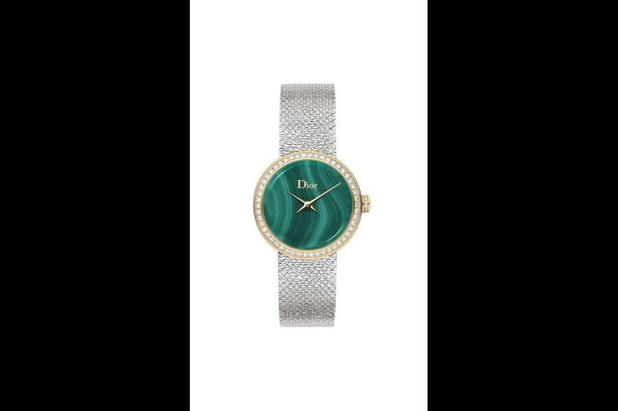 La D de Dior Satine en or jaune, lunette en diamants, 25 mm, cadran en malachite, mouvement à quartz, bracelet en acier. Dior. 8 200 €.