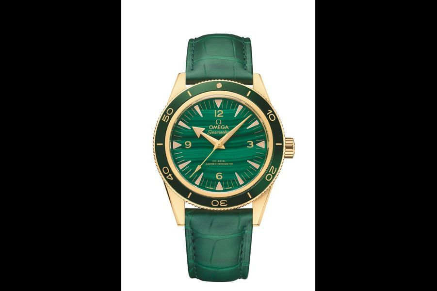 Seamaster 300 en or jaune, lunette en céramique, 41 mm, cadran en malachite, mouvement automatique, bracelet en alligator. Omega. 24 900 €.