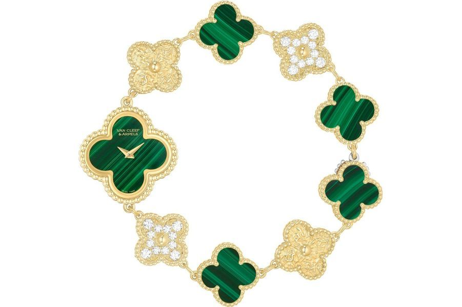 Sweet Alhambra en or jaune, 23 x 23 mm, cadran en malachite, mouvement à quartz, bracelet en or jaune, diamants et malachite. Série limitée à 50 exemplaires. Van Cleef and Arpels. 22 800 €.