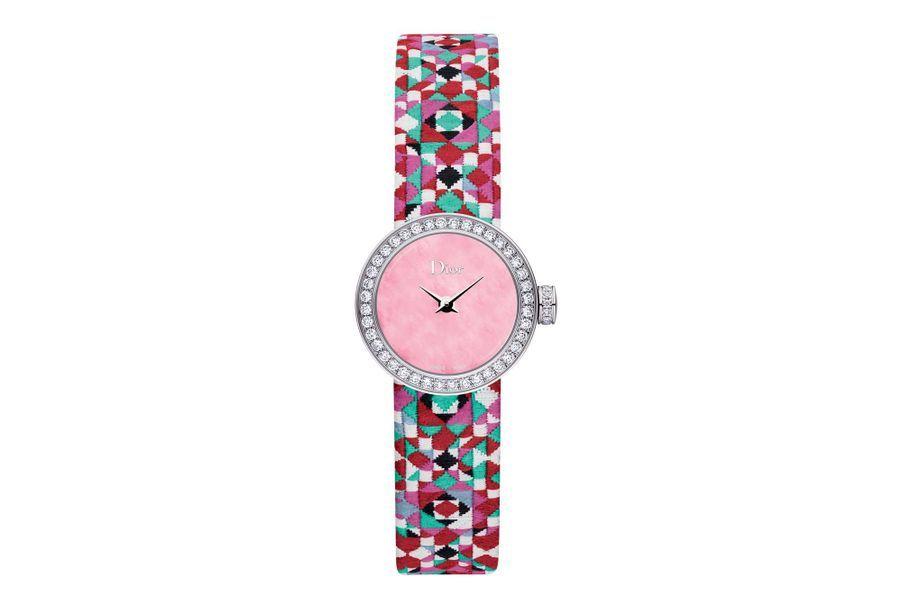 La Mini D de Dior Mosaïque en acier, lunette sertie de diamants, 19 mm, mouvement à quartz, bracelet en toile tissée. Dior Horlogerie. 3600 €.