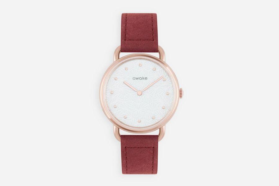 Odyssée en acier PVD or rose, cadran blanc à motifs géométriques, bracelet en moleskine, Awake, 180 €.