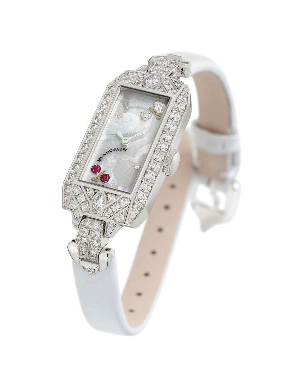 Saint Valentin 2020 en or blanc et diamants, cadran en marqueterie de nacre serti de diamants et de rubis, bracelet en satin, Blancpain. 34 930 €. Série limitée à 14 exemplaires.