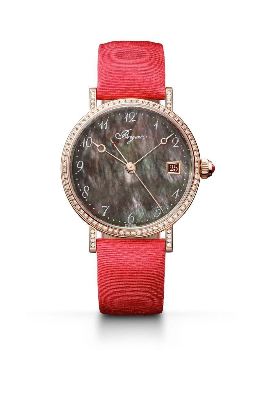 Classique en or rose, lunette sertie de diamants, cadran en nacre de Tahiti, bracelet en satin, Breguet. 27 900 €. Série limitée à 28 exemplaires.