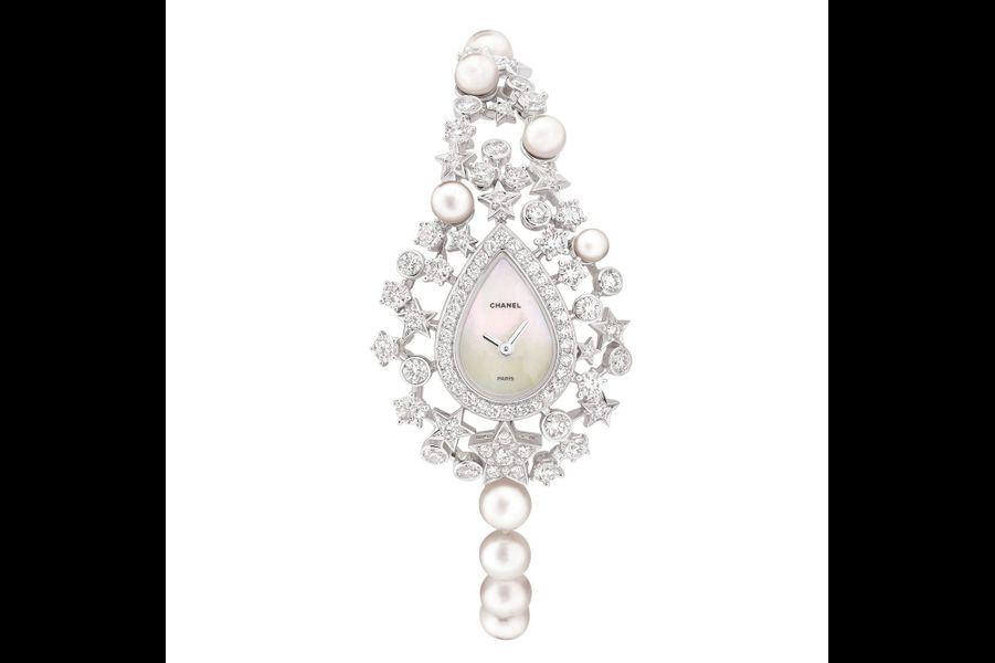 Voie lactée en or blanc sertie de diamants et de perles de culture Akoya, mouvement à quartz, bracelet en perles de culture Akoya. 121 000 €. Chanel.