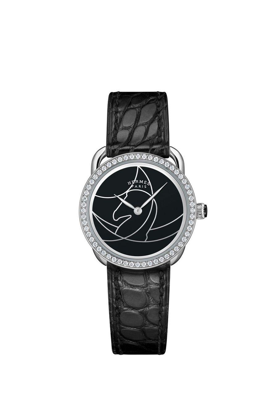 Arceau Cavales en or acier, lunette sertie de diamants, 28 mm de diamètre, cadran en laque représentant le profil d'un cheval, mouvement à quartz, bracelet en alligator. 8 000 €. Hermès.