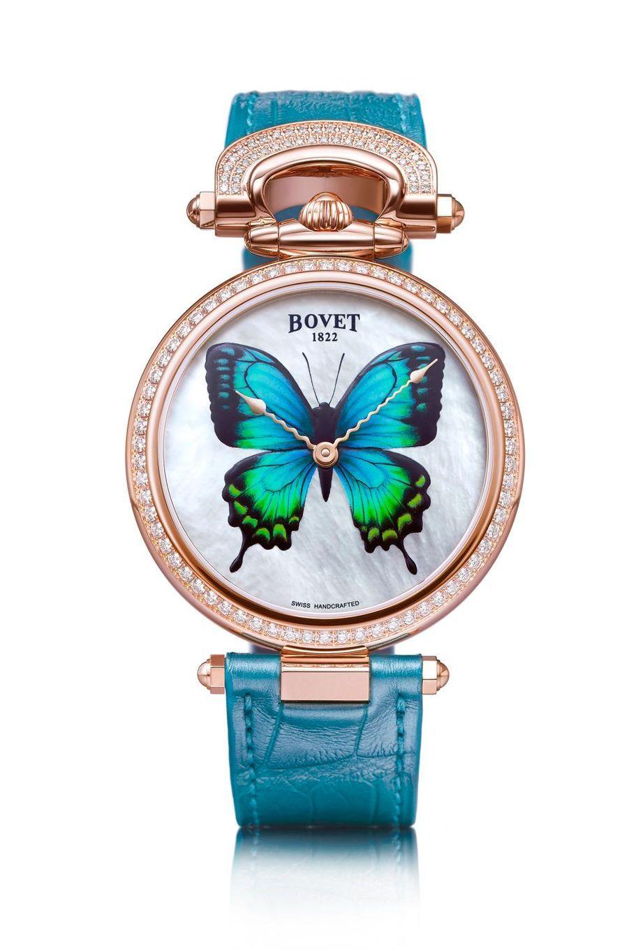 Château de Motiers Butterfly en or rouge, lunette et attache serties de diamants, 40 mm de diamètre, cadran en peinture miniature luminescente représentant un papillon, mouvement automatique, bracelet en alligator. 143 000 €. Bovet.