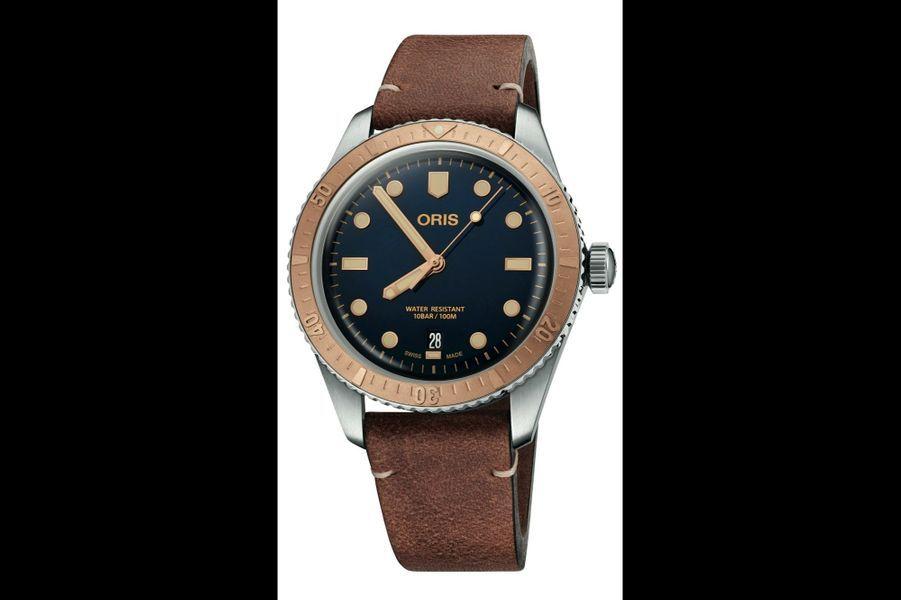 Diver Sixty-Five en acier, lunette en bronze, 40 mm de diamètre, étanche à 100 mètres, mouvement automatique avec date par guichet, bracelet en cuir vieilli. 1 950 €. Oris.