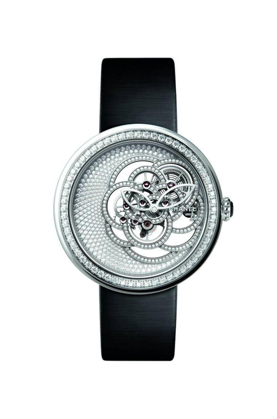 Mademoiselle Privé en or blanc et diamants, mouvement squelette en forme de camélia à remontage manuel. Chanel Horlogerie, 115 000 €.