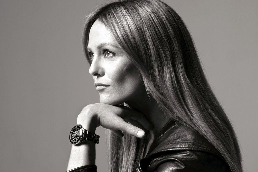 Vanessa Paradis porte la J12 en céramique noire, mouvement automatique, Chanel Horlogerie. 5300 €.