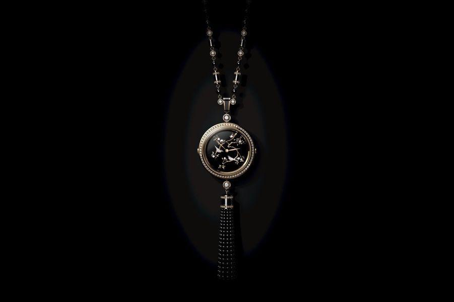 Sautoir Mademoiselle en or beige et diamants, cadran orné de sculptures miniatures en or, chaîne en or beige, onyx et diamants. Chanel Horlogerie.