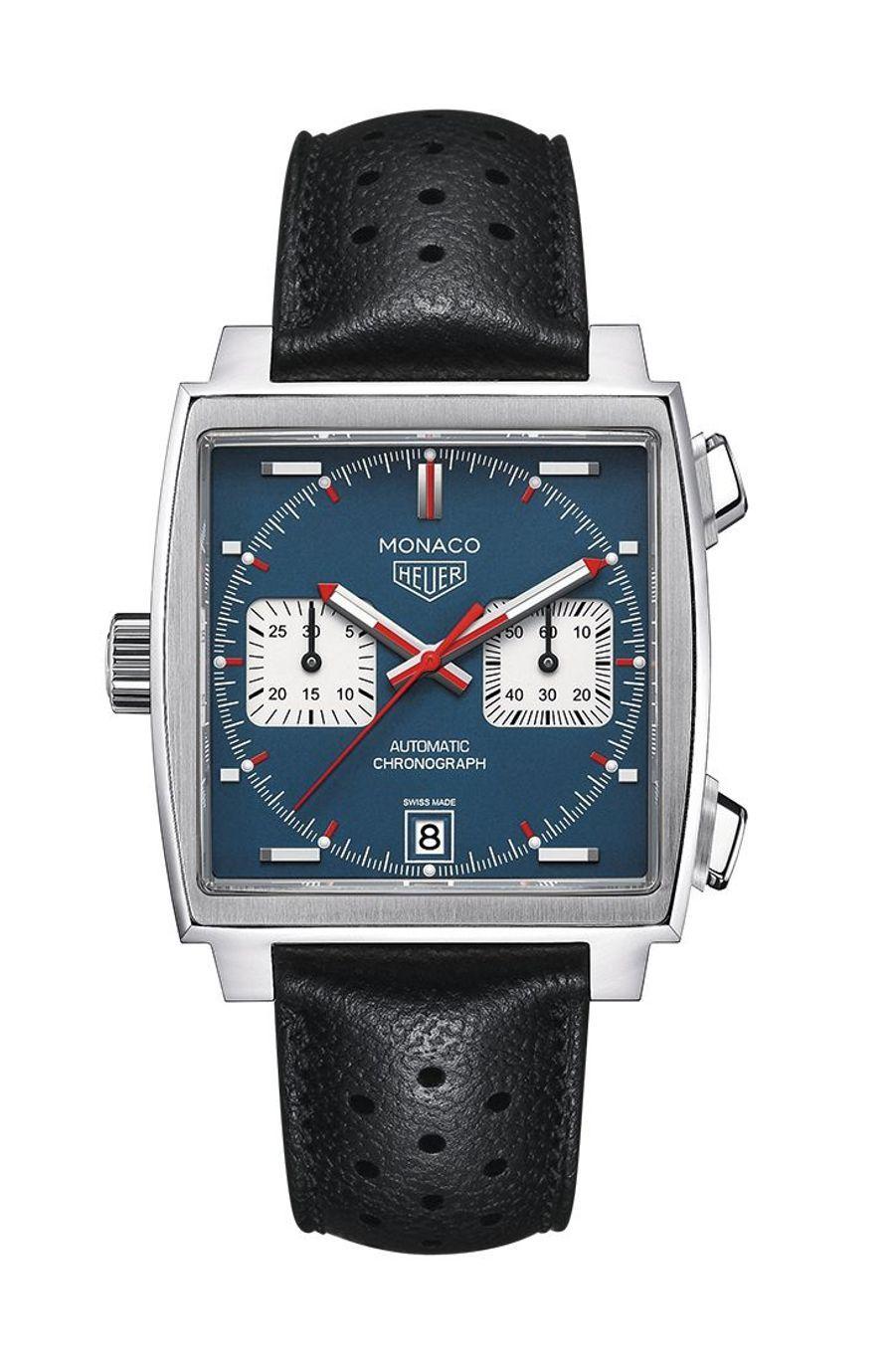 Monaco, boîte en acier, 39 mm x 39 mm, bracelet en cuir perforé, mouvement chronographe automatique. TAG Heuer. 4 995 €.